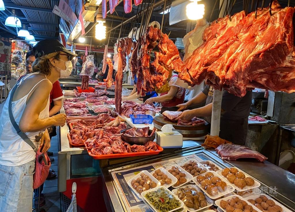 立法院25日處理報告事項,其中有關進口含萊劑美豬、30月齡以上美牛的9項行政命令改交付經濟、衛環委員會等5個委員會聯席審查。圖為民眾在市場內選購豬肉。(中央社檔案照片)