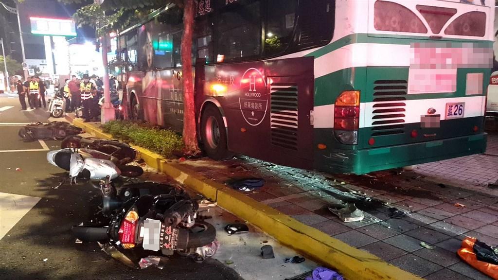 北市內湖區一輛三重客運藍26公車21日晚間衝撞人行道,造成1死1傷。(翻攝照片)中央社記者黃麗芸傳真 109年9月21日