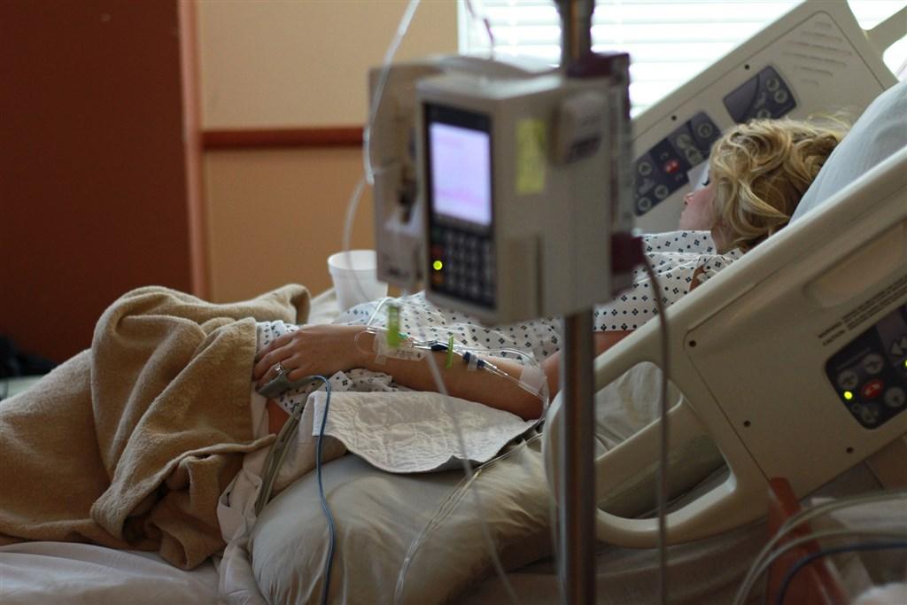 有研究指出,重症患者在感染新型冠病毒的重症患者中發現兩項基因缺失,因此削弱對抗新型冠狀病毒的能力。(圖取自Pixabay圖庫)