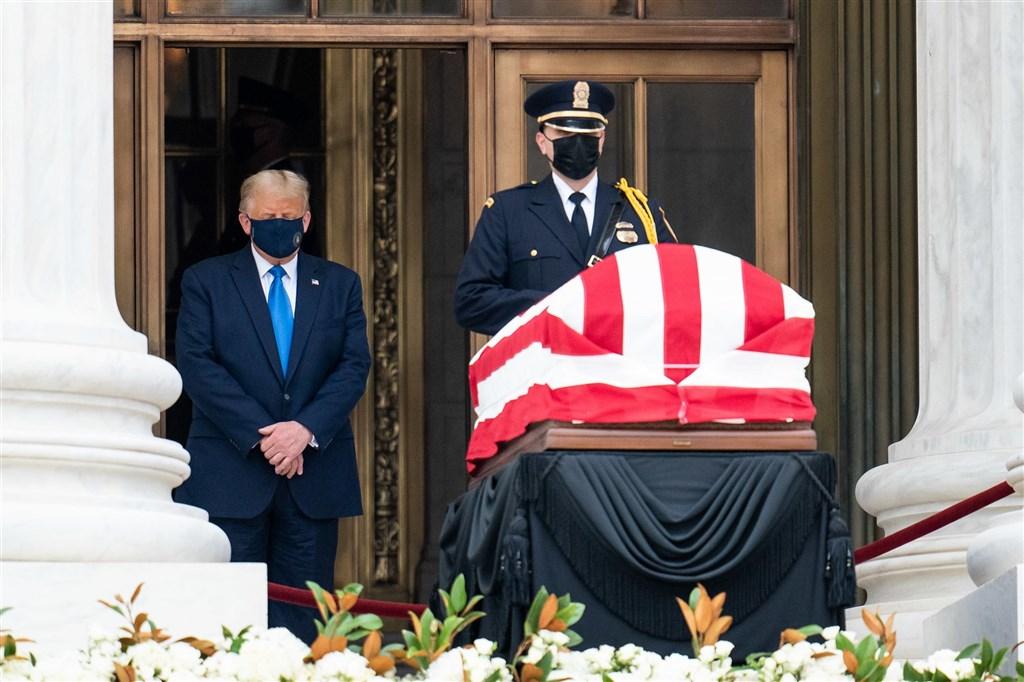 美國總統川普(左)戴著黑色口罩,在聯邦最高法院向上週病逝的大法官金斯柏格致哀。(圖取自Flickr;作者The White House,版權屬公眾領域)