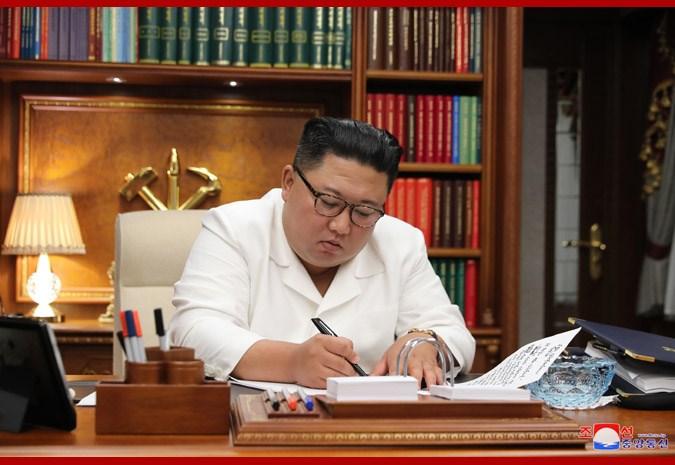 金正恩(圖)25日回應北韓軍方擊斃一名疑似叛逃的南韓漁業官員事件,他表示,讓文在寅總統及南邊同胞感到莫大失望,「覺得非常抱歉」。(圖取自北韓中央通信社網頁kcna.kp)