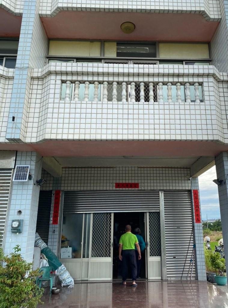 台中市大甲區一對離婚但仍同住的男女25日上午帶9歲兒子燒炭輕生,警方獲報趕抵現場將3人送醫急救。(民眾提供)中央社記者趙麗妍傳真 109年9月25日