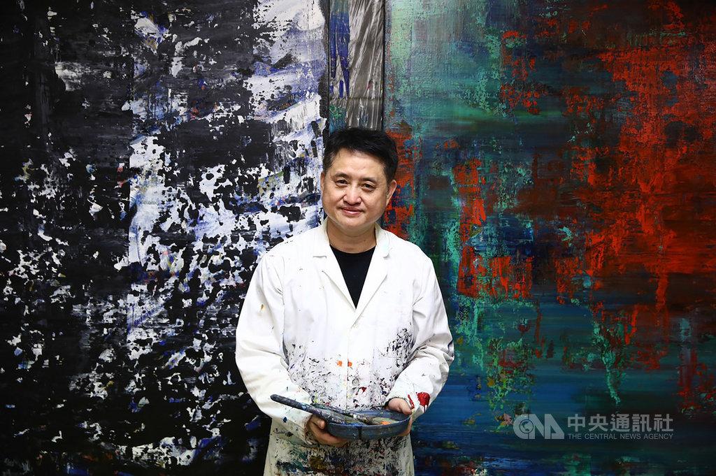 熱愛以玫瑰入畫的藝術家黃騰輝,2012年起他在北京清華大學哲學研究所研修美學,同時期從玫瑰主題逐漸轉為現代抽象風格,10月將在國父紀念館舉辦個展。(黃騰輝提供)中央社記者蘇木春傳真 109年9月26日