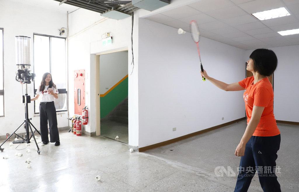 台灣科技大學電子工程系教授林淵翔帶領團隊成功開發出互動式羽球訓練系統,結合自動發球機、球拍感測、手機App等技術,可成為選手訓練的「神助手」。(台科大提供)中央社記者陳至中傳真 109年9月26日