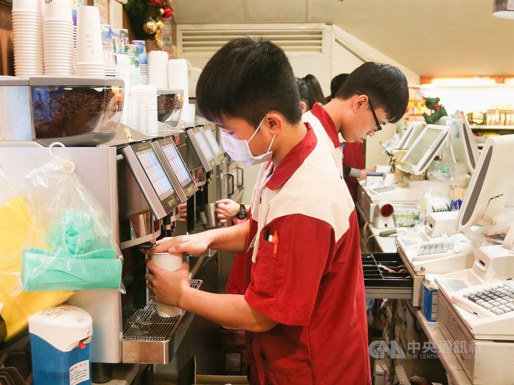 因應中秋連假調整放假,26日須補班補課,四大超商皆推出咖啡等商品優惠幫上班族加油打氣。(中央社檔案照片)