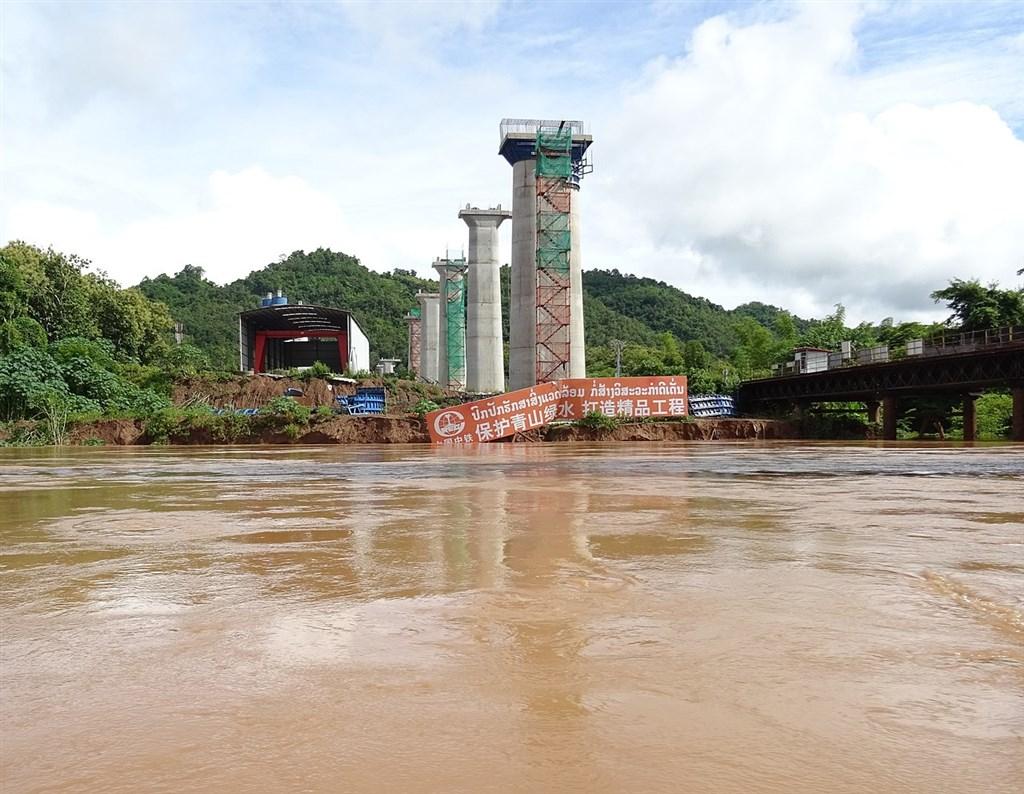 中國一帶一路倡議在寮國的「中寮鐵路」工程2021年底將完工,寮國原希望藉此帶動經濟發展,而今卻被指面臨龐大債務壓力,寮國迄今已向中國進出口銀行貸款35億美元,這一數字幾乎占寮國GDP的2成。(圖取自維基共享資源;作者Christophe95,CC BY-SA 4.0)