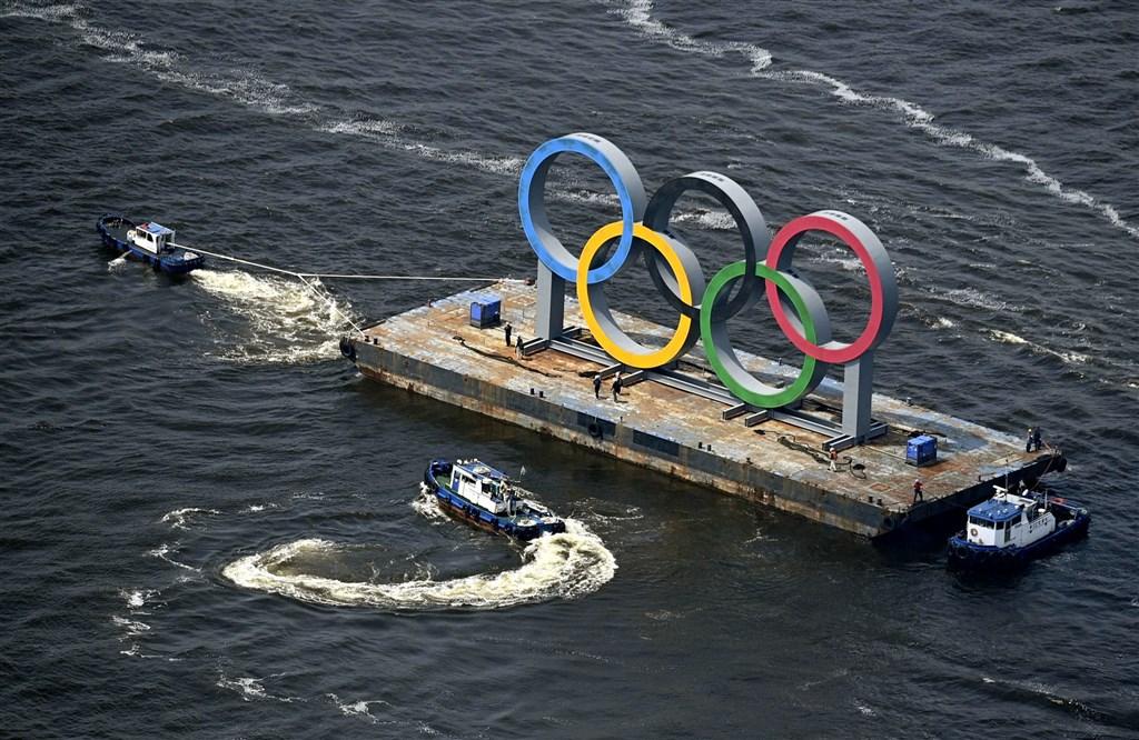 日本首相菅義偉25日在聯合國大會上宣示,日本決心於2021年舉辦東京奧運。圖為東京台場奧運標示裝置8月6日暫時撤除。(共同社)