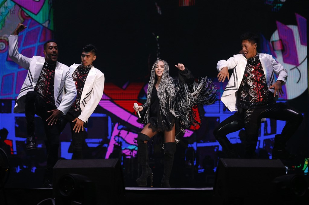 張惠妹12月31日將在家鄉台東舉辦跨年演唱會,歷年4次大型巡演精華內容重新搬上舞台。圖為2017年張惠妹「烏托邦2.0慶典」演唱會。(EMI提供)