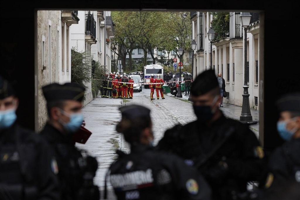 法國「查理週刊」辦公室舊址2015年曾發生震驚全球的恐攻事件,25日再現持刀攻擊導致4人受傷。(法新社)