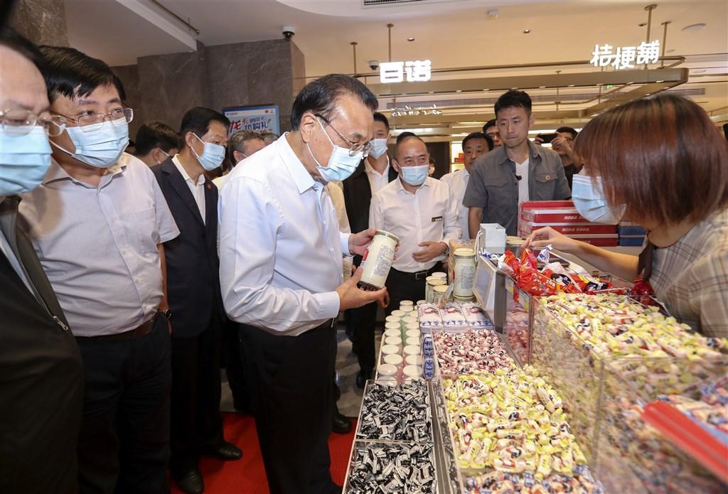 中國國務院總理李克強21日視察人潮眾多的上海市南京路步行街,受到民眾歡迎的畫面在網路上廣為流傳,也讓外界再度產生習李關係等聯想。(中新社)