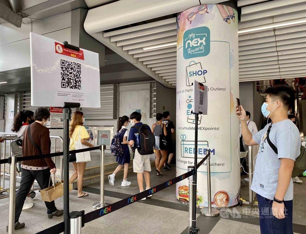 新加坡為強化接觸者追蹤,推出SafeEntry訪客登記系統,民眾須掃描門口QR碼才能進入商場、店家。中央社記者侯姿瑩新加坡攝 109年9月27日