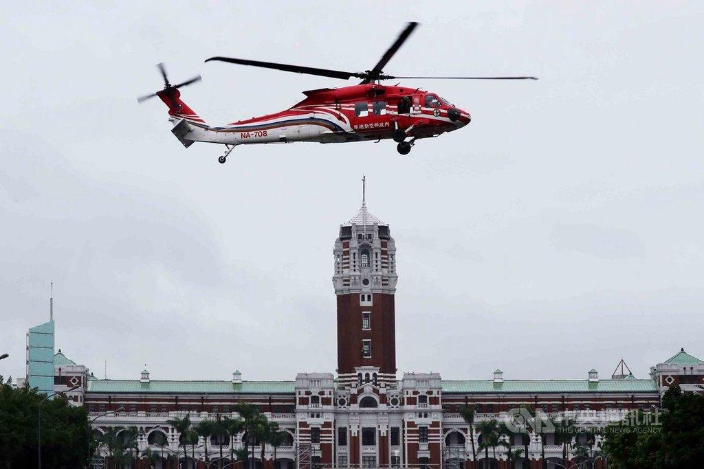 雙十國慶將至,內政部空勤總隊的UH-60M黑鷹直升機27日在總統府前廣場彩排試航,並在凱達格蘭大道上空盤旋。中央社記者張皓安攝 109年9月27日