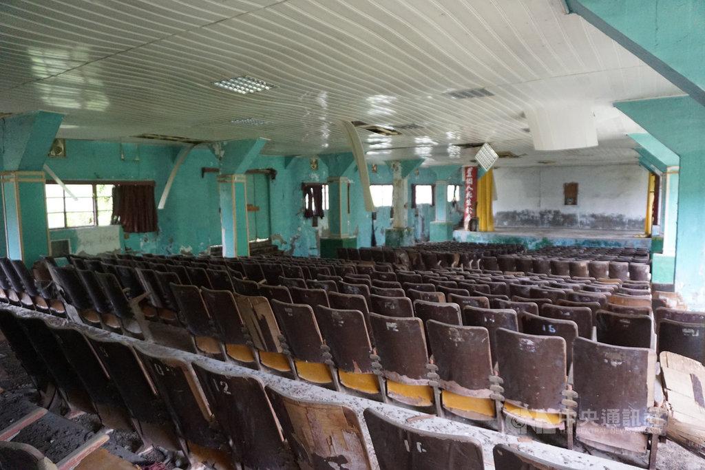 金防部南雄戲院1960年5月開業,歇業後改為南雄育樂中心,如今藏身在荒煙蔓草中,內部木製座椅蒙上厚厚灰塵,屋頂天花板剝落,地上滿是碎石垃圾。中央社記者黃慧敏攝 109年9月27日