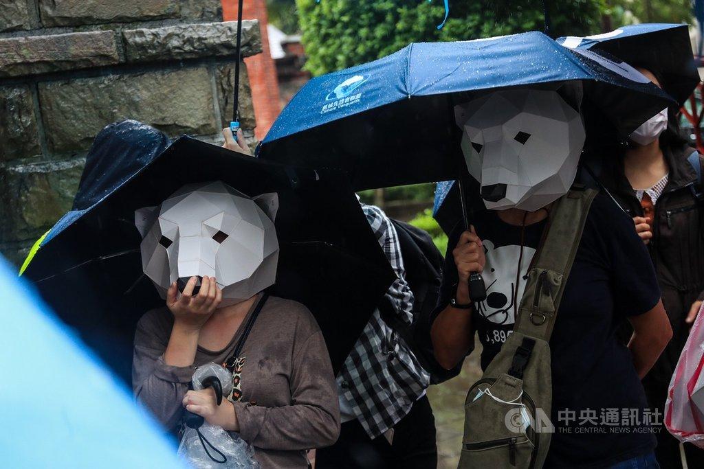 台灣青年氣候聯盟「青年抗暖大遊行」27日在台北舉行,跨20校學生冒雨參加,高呼口號表達訴求,民眾穿戴北極熊頭套呼籲氣候改革。中央社記者吳家昇攝 109年9月27日
