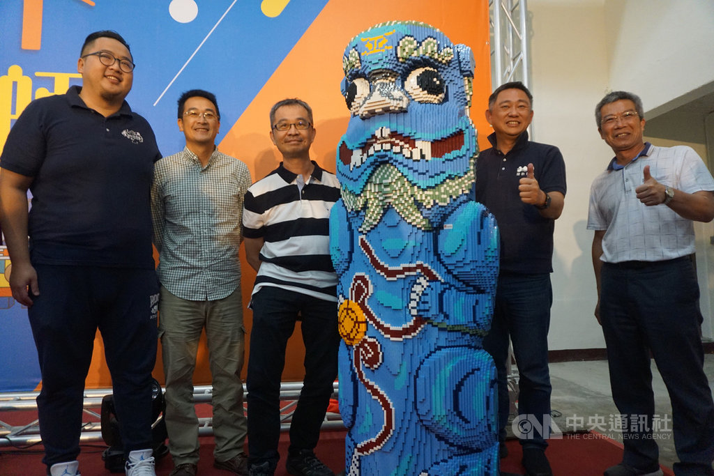 台灣唯一國際樂高認證師黃彥智(左3)以金門沙美后水頭風獅爺為對象,打造1比1等比率擬真積木風獅爺,27日在金沙鎮金東電影院亮相。中央社記者黃慧敏攝 109年9月27日