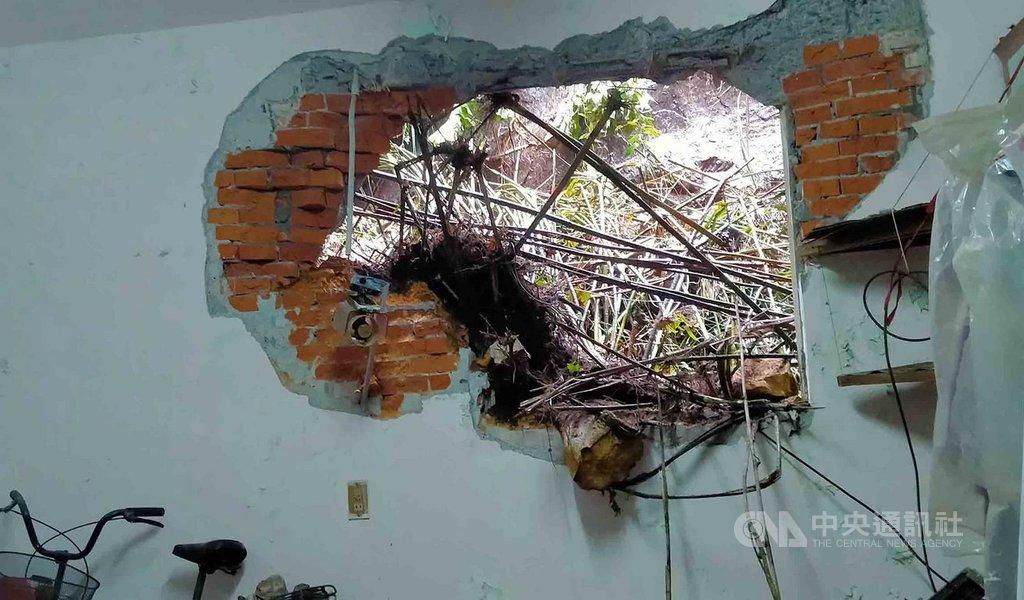 基隆市中山一路241巷一處山壁27日上午突然崩落,大石滾落砸進緊鄰住家,1樓房間被大石撞破大洞,所幸沒有人員受傷。中央社記者王朝鈺攝 109年9月27日