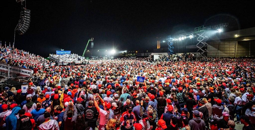 美國總統大選進入最後衝刺,尋求連任的川普猛打法律與秩序牌。圖為川普賓州造勢晚會。(圖取自twitter.com/realDonaldTrump)