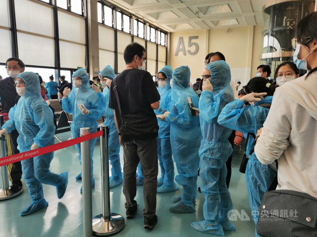 自疫情爆發以來,越南繳出受國際肯定的防疫成績單,迄今累計確診數僅1074例。圖為穿戴越南航空統一發配隔離衣、護目鏡、口罩的越籍移工9月21日在桃園機場登機。中央社記者陳家倫攝 109年9月28日