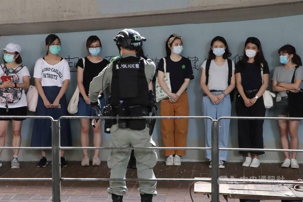 香港民權觀察28日公布,在港區國安法生效後的頭兩個月,警方以港區國安法罪名至少拘捕了21人。圖為7月1日許多港人走上街頭抗議港區國安法,警方在灣仔天樂里抓了20多人。(中央社檔案照片)