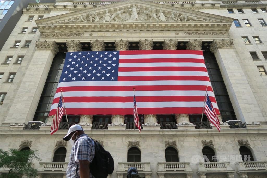 美股28日開盤吸引投資人搶進價格被打趴的若干類股,包括銀行和旅遊股,道瓊指數走揚超過400點。圖為紐約證券交易所。(中央社檔案照片)