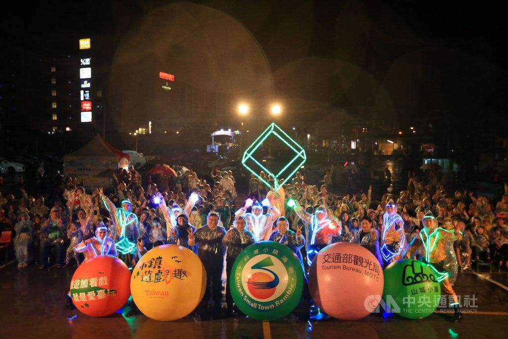 交通部觀光局推出「2020小鎮遊戲趣2.0」,盼吸引更多人走進台灣小鎮,感受在地美麗人文風情。台灣特技團和紙風車藝術卡車也參與該計畫前往苗栗縣頭份市的尚順夜市演出。(紙風車文教基金會提供)中央社記者趙靜瑜傳真 109年9月28日