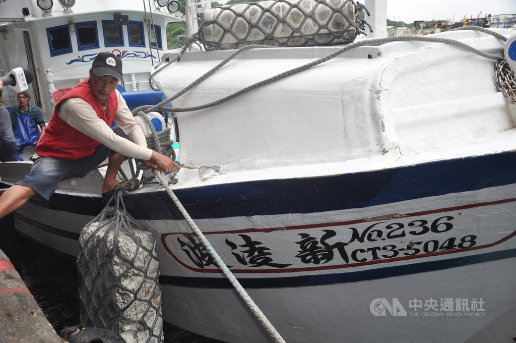 蘇澳籍漁船「新凌波236」27日在釣魚台海域遭日本公務船衝撞,船長陳吉雄(圖)28日返港說,當時只是要進入釣魚台外海12浬內撿拾漁具,就在沒有被示警情況下遭撞,日方罔顧台灣漁民生命與財產安全。中央社記者沈如峰宜蘭縣攝 109年9月28日