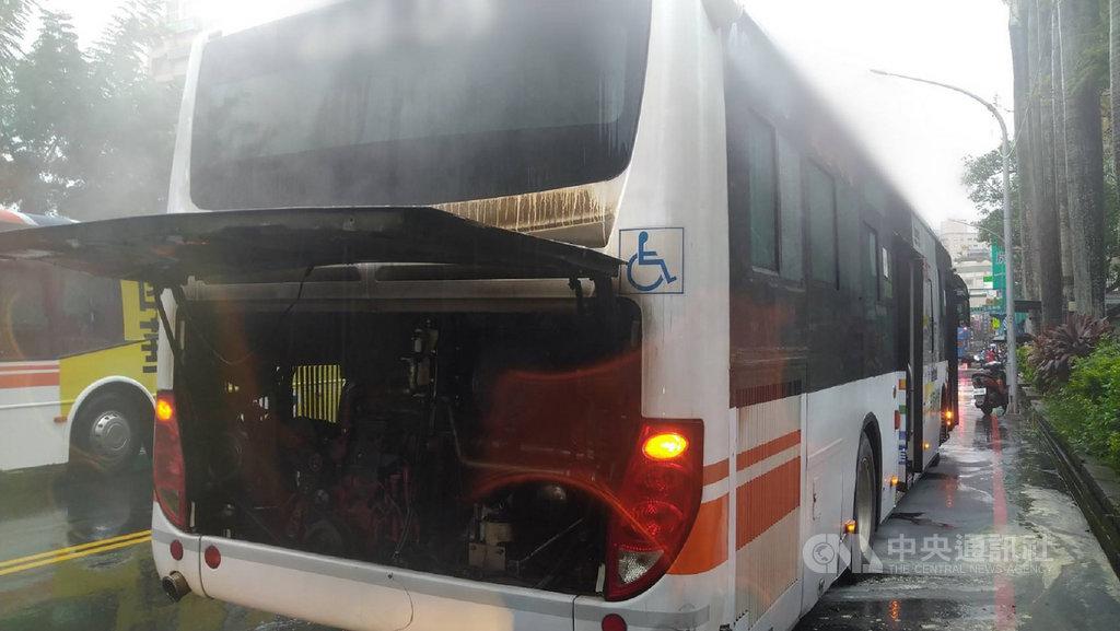 新北市三峽區28日下午一部公車疑因引擎過熱起火,所幸司機迅速疏散乘客並自行滅火,無人傷亡;確切起火原因仍待檢查釐清。(翻攝照片)中央社記者王鴻國傳真 109年9月28日
