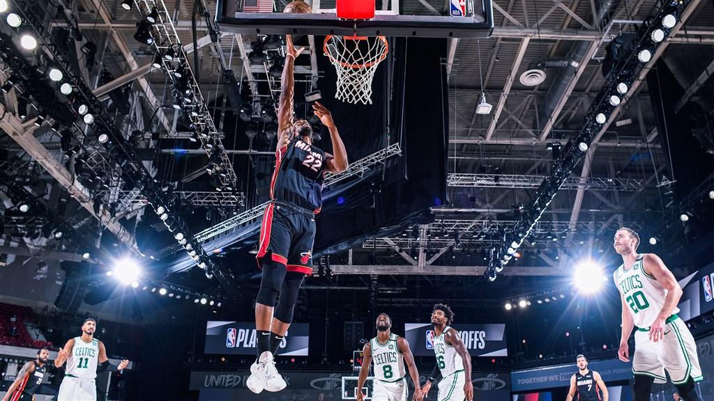 NBA邁阿密熱火隊總冠軍賽將強碰洛杉磯湖人隊,熱火明星後衛巴特勒(前中)生涯首闖總冠軍賽。(圖取自twitter.com/MiamiHEAT)