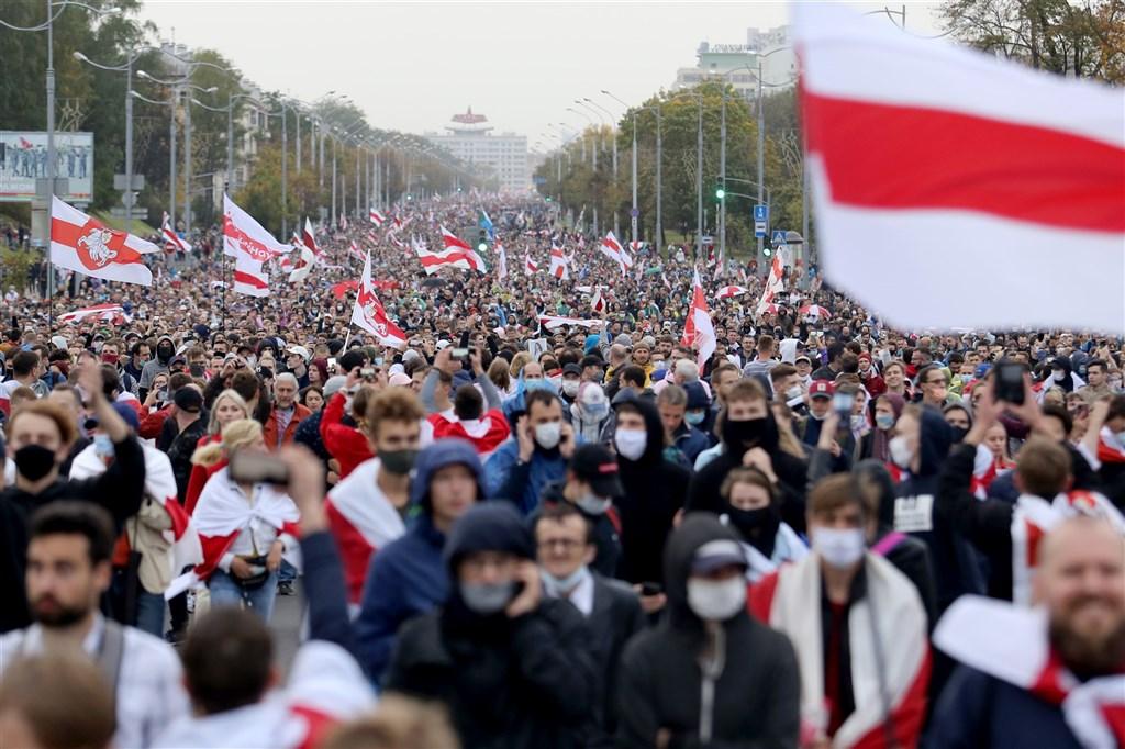 白俄羅斯8月9日舉行大選,總統魯卡申柯宣稱囊括8成選票連任,質疑魯卡申柯舞弊勝選的反對派人士連續數個週末發起大型示威要他下台,27日全國各地又有數萬示威者上街抗議。(法新社)