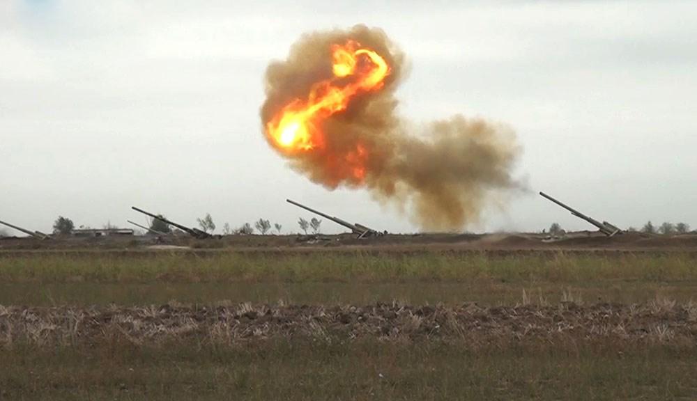 高加索地區鄰國亞美尼亞和亞塞拜然再度兵戎相向,27日開始的戰役徹夜未歇。圖為亞塞拜然國防部推特28日貼出交火畫面。(圖取自twitter.com/wwwmodgovaz)