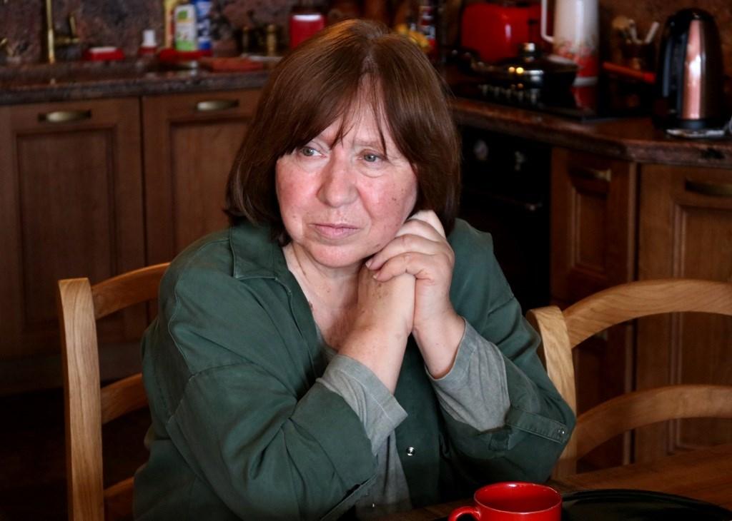 白俄羅斯總統大選後局勢動盪,支持反對派的諾貝爾文學獎得主斯維拉娜‧亞歷塞維奇疑憂心個人安危,28日離開家鄉抵達柏林。(圖取自斯維拉娜‧亞歷塞維奇臉書facebook.com)