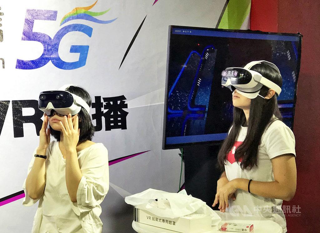 透過VR設備,中華電信HamiVideo以虛擬實境(VR)全程轉播金鐘獎。中央社記者江明晏攝 109年9月29日