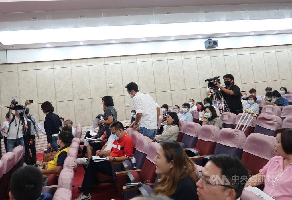高雄市長陳其邁29日首度向市議會報告110年度預算編列情形,3名國民黨籍議員向陳其邁提問未獲滿意答覆,隨後離席。中央社記者王淑芬攝 109年9月29日
