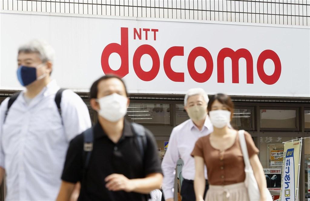 日本電信電話集團NTT 29日宣布,以4.25兆日圓收購日本最大行動通訊公司NTT DOCOMO全部股權,納為NTT完全子公司。(共同社)