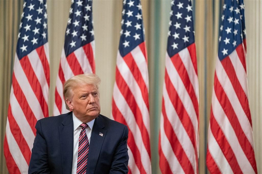 紐約時報報導美國總統川普利用事業虧損避稅,川普28日說,他已付過「好幾百萬美元稅金」,並稱他的資產大於負債。(圖取自facebook.com/WhiteHouse)