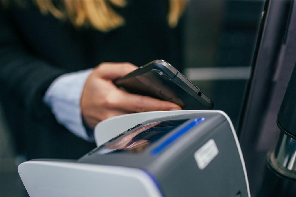 立法院會25日三讀通過修正電子支付機構管理條例,將電子支付、電子票證整合管理,未來不同電支平台,也能相互轉帳,並可進行外幣買賣、紅利整合折抵等。(示意圖/圖取自Unsplash圖庫)