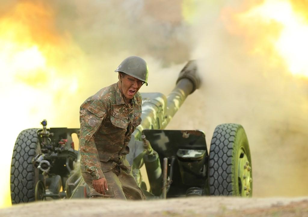 亞美尼亞和亞塞拜然27日雙方爆發激烈衝突,雙方都無視停火呼籲,也都宣稱讓敵方部隊蒙受重大傷亡。圖為亞美尼亞國防部於推特公布交火畫面。(圖取自twitter.com/ArmeniaMODTeam)