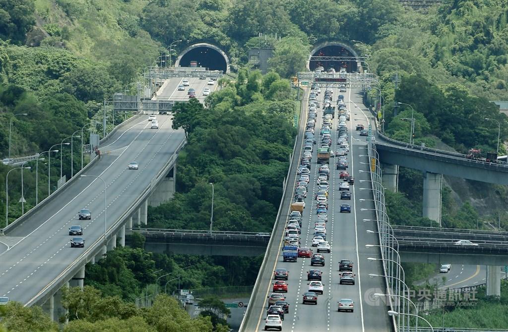 中秋連假10月1日登場,高公局預估國道5號車潮30日中午12時以後就會陸續出現。(中央社檔案照片)