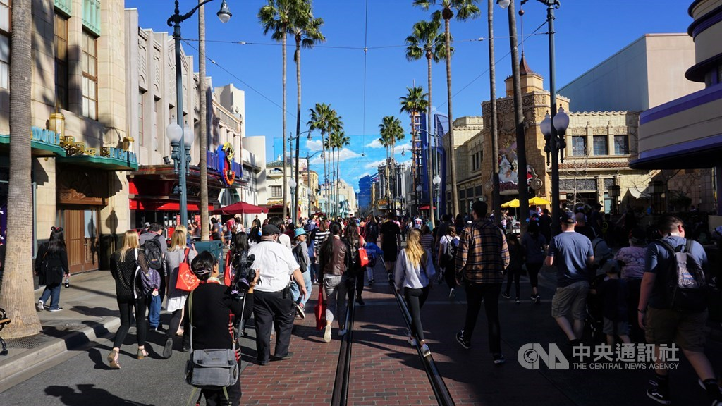 在武漢肺炎病毒疫情重創下,迪士尼公司29日表示,將裁員約2萬8000人,多數是任職於美國境內主題樂園的員工。圖為加州橘郡迪士尼樂園。(中央社檔案照片)