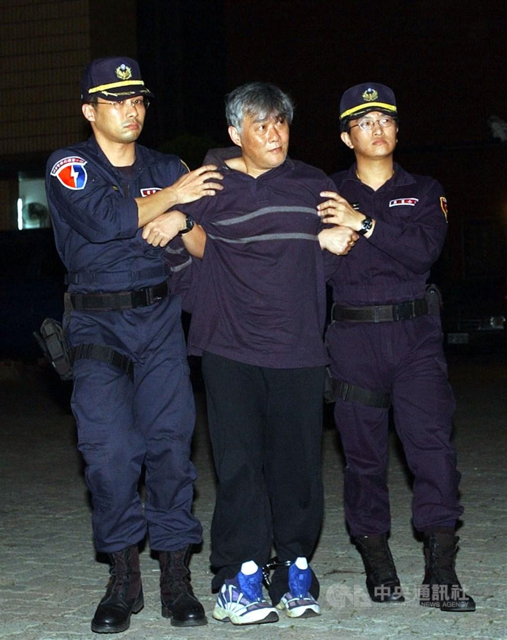 綽號「穿山甲」的前槍擊要犯詹龍欄(中)經法務部與宜蘭監獄陳報34次假釋案,服刑18年後終獲假釋出獄。圖為民國91年詹龍欄被警方押解返台。(中央社檔案照片)