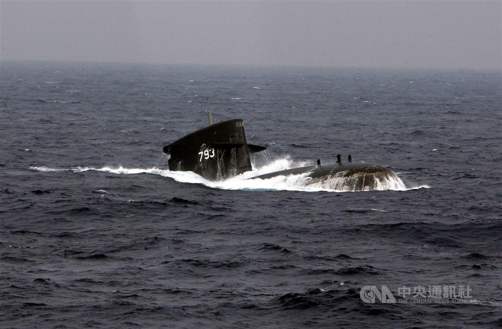 國防部表示,軍方推展的「劍龍級潛艦戰鬥系統提升案」預計從110年起執行人員訓練、裝備產製交運及交付部分文件。圖為劍龍級潛艇海龍軍艦。(中央社檔案照片)