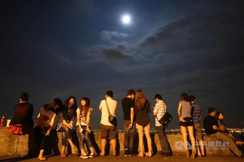 氣象專家吳德榮表示,10月1日桃園以南都適合賞月,但留意氣溫偏涼。圖為民眾在文化大學後山賞月。(中央社檔案照片)