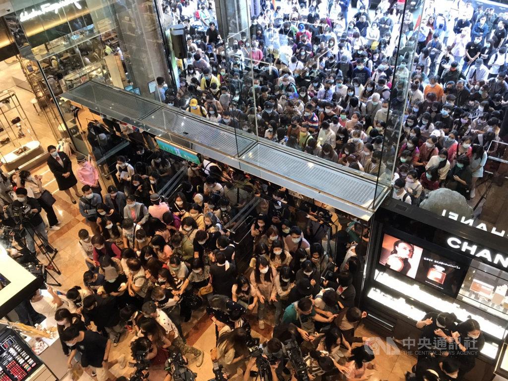 新光三越首波週年慶開跑,台北南西店一開店湧入大量人潮。中央社記者梁珮綺攝 109年10月1日
