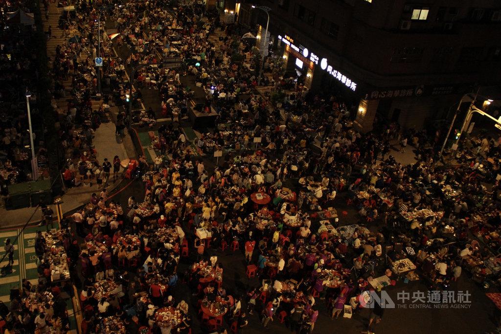 中秋連假首日,桃園市中壢區1日晚間舉辦封街烤肉活動,約有萬人到場響應,場面相當熱鬧。中央社記者葉臻攝 109年10月1日