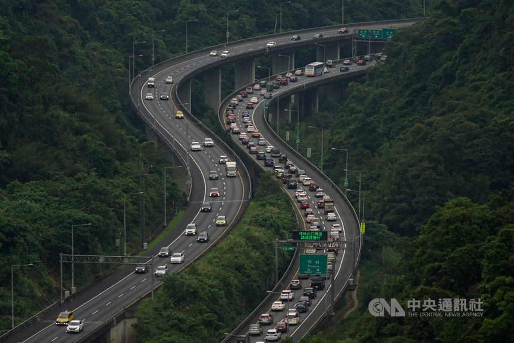 2日是中秋節連續假期第2天,高速公路局預估國道7個路段易塞車,建議南向用路人盡量下午時段出發。(中央社檔案照片)