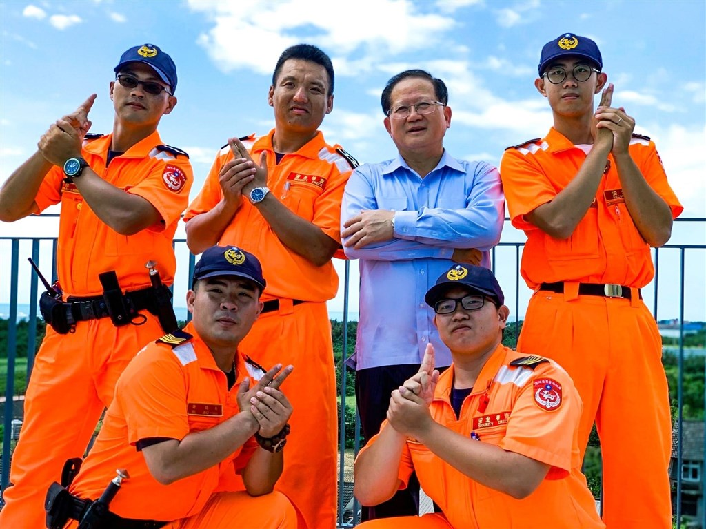 海巡署長陳國恩(後右2)日前請辭退休,他9月30日在海巡署長室臉書專頁感性貼文告別。(圖取自facebook.com/CGA4U)