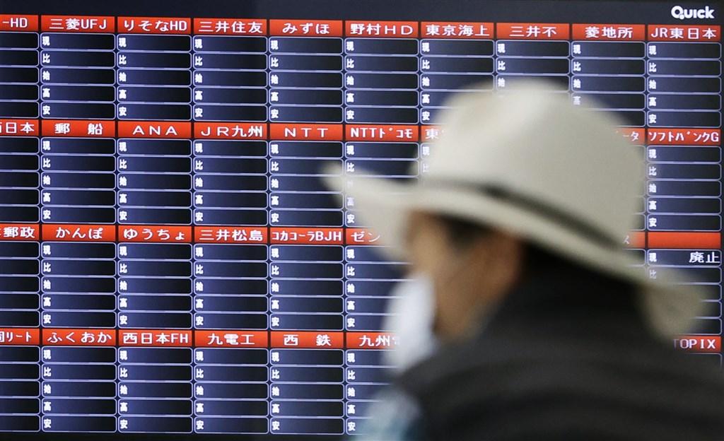 日本東京、名古屋、福岡及札幌證交所1日因系統異常全面停止股票等交易,停擺已逾2小時。圖為福岡市一處股價看板上無法顯示公司股價資訊。(共同社)