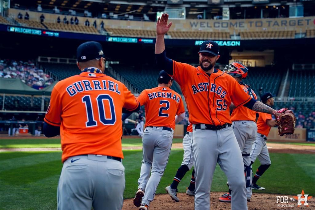 休士頓太空人30日以3比1擊敗明尼蘇達雙城,美國聯盟外卡系列賽以2勝0敗戰績,成為MLB首支晉級分區系列賽的隊伍。(圖取自twitter.com/astros)