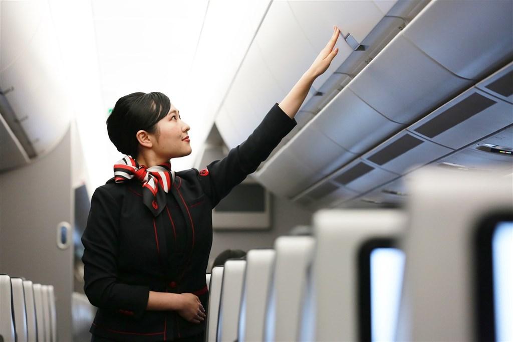 日本航空公司為破除性別刻板印象,1日開始推出新的英語機上廣播,開頭首句不再稱呼「女士們先生們」。(圖取自facebook.com/jal.japan)