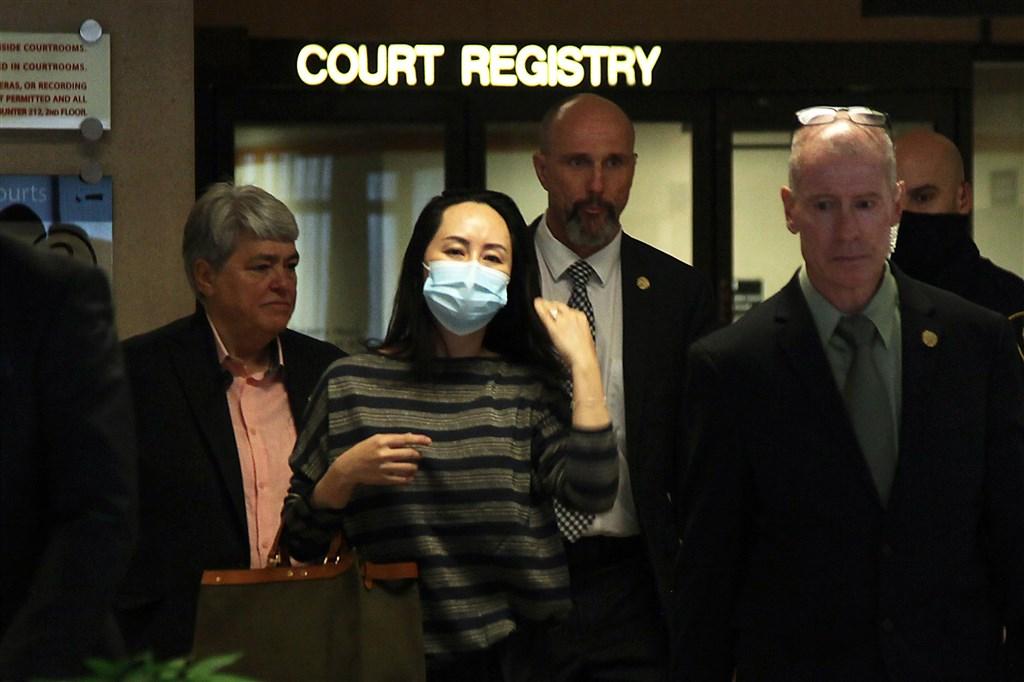 中國電信企業華為技術有限公司財務長孟晚舟(前中)力抗被加拿大引渡到美國受審。圖為孟晚舟9月30日出庭。(法新社)